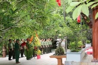 Thứ trưởng Bộ Công an dâng hương tưởng niệm các anh hùng liệt sỹ tại Hang Tám thanh niên xung phong, đường 20 Quyết Thắng